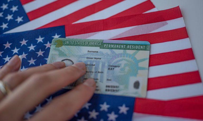 Como obtener la residencia permanente a través de un cónyuge mientras vive en los EE.UU